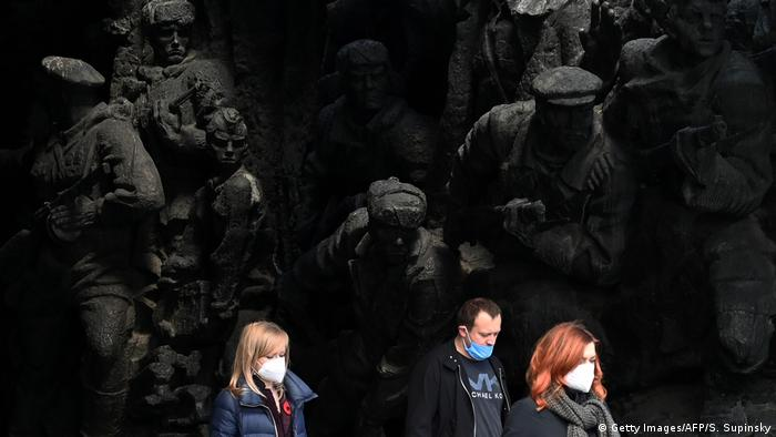 Киевляне у монумента Победы