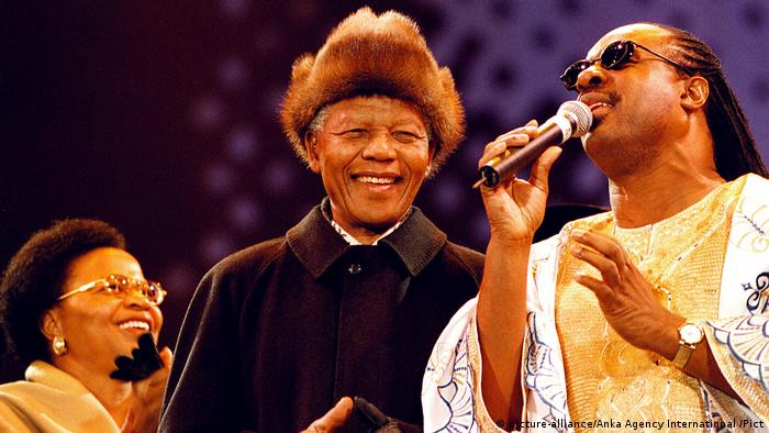 Steve Wonder sings Happy Birthday to President Nelson Mandela at the 'Gift to the Nation Concert' a tribute for President Nelson Mandela's the 80th Birthday Party (picture-alliance/Anka Agency International /Pict)