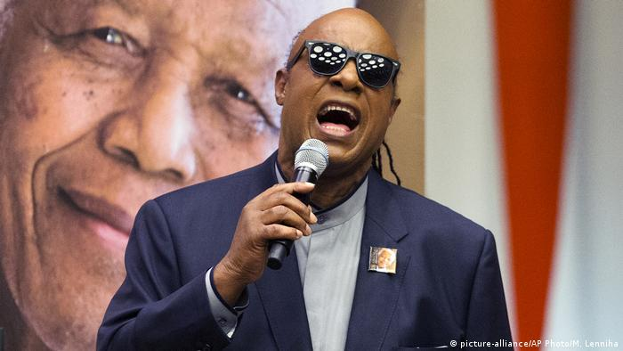 Stevie Wonder, serving as a United Nations Messenger of Peace, sings during a Nelson Mandela International Day ceremony, Monday, July 18, 2016, (picture-alliance/AP Photo/M. Lenniha)