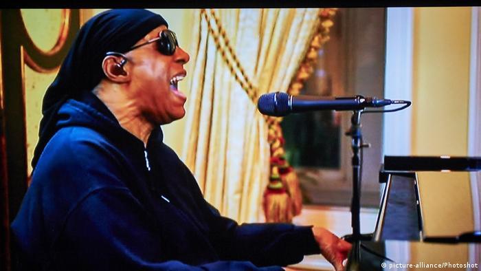 Stevie Wonder singt für One World Together At Home bei der BBC am 19.04.2020 (picture-alliance/Photoshot)