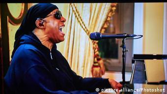 Από πολύ μικρός ξεδίπλωσε το πολύπλευρο ταλέντο του στη μουσική. Στα δέκα του χρόνια ήρθε η πρώτη συνεργασία με τη θρυλική Motown