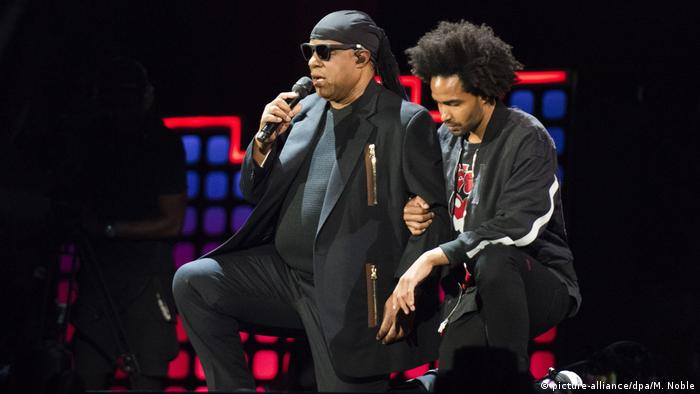 Stevie Wonder and his son Kwarme Morris on stage (picture-alliance/dpa/M. Noble)