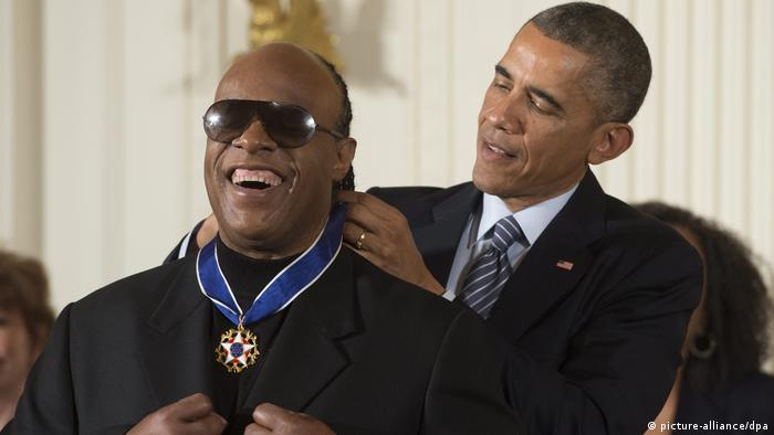 Barack Obama clasps Presidential Medal of Freedom around a laughing Stevie Wonder's neck (picture-alliance/dpa)