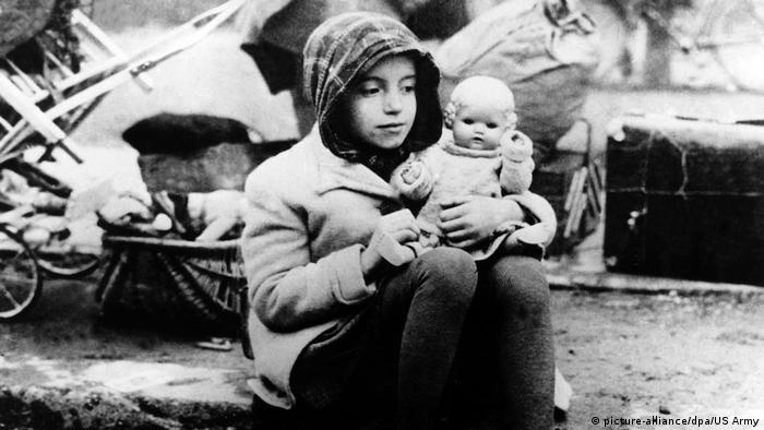 Девочка-беженка в 1945 году