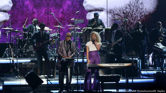 """Stevie Wonder, left, and Tori Kelly perform """"Take Me With U"""" during a tribute to Prince at the BET Awards at the Microsoft Theater on Sunday, June 26, 2016, in Los Angeles (picture-alliance/AP Photo/Invision/M. Sayles)"""