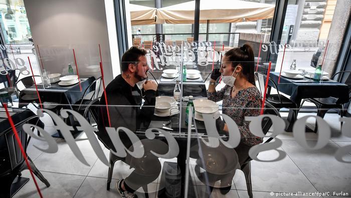 BG Corona-Pandemie Innovationen   Restaurant in Mailand mit Plexiglas