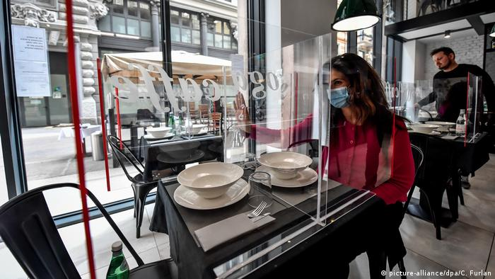BG Corona-Pandemie Innovationen | Restaurant in Mailand mit Plexiglas (picture-alliance/dpa/C. Furlan)