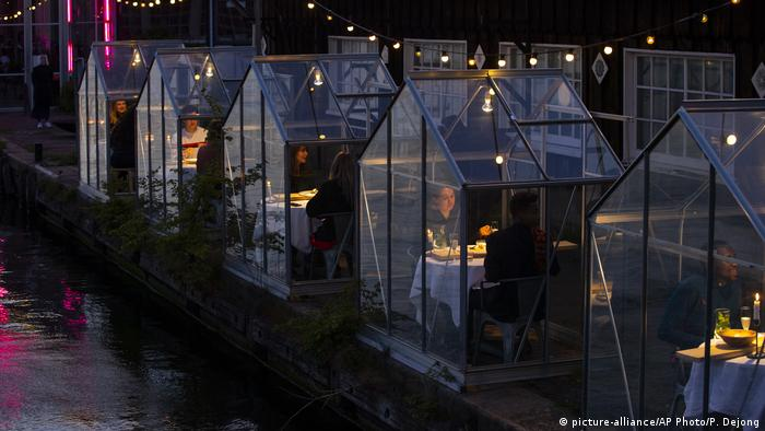 BG Corona-Pandemie Innovationen | Restaurant in Amsterdam (picture-alliance/AP Photo/P. Dejong)