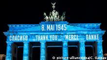 Deutschland 75 Jahre Kriegsende Brandenburger Tor Berlin | Danke
