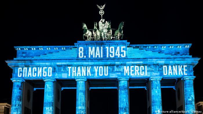 Слово Спасибо на четырех языках на Бранденбургских воротах