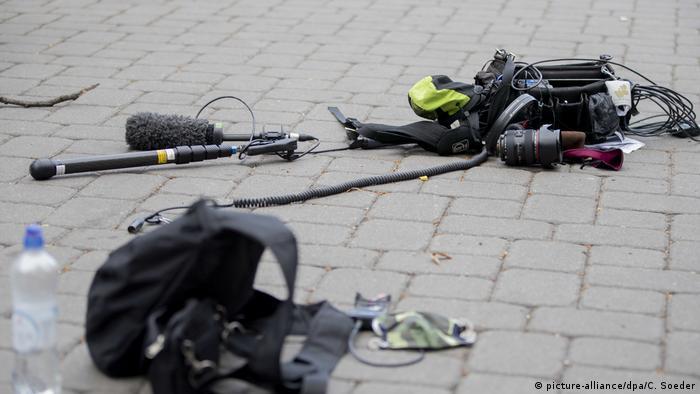 Oprema napadnutog medijskog tima leži na cesti nakon napada.