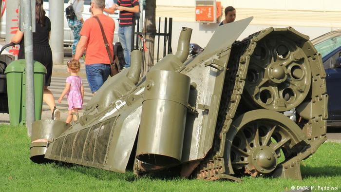 Korpus czołgu na Placu Kinskich w Pradze. Instalacja Davida Czernego