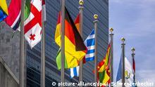 Vor dem Sekretariatshochhaus der Vereinten Nationen in New York weht die deutsche Flagge inmitten der Fahnen der anderen UN-Mitgliedsstaaten. Das Hochhaus ist das Wahrzeichen des UN-Hauptquartiers im Stadtteil Manhattan. Es gehört zu einem Gebäudekomplex in der First Avenue am East River. Das 155 Meter hohe Sekretariatshochhaus umfasst 39 Etagen. (20.09.2019) | Verwendung weltweit