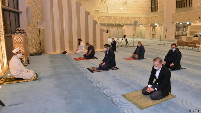 صلاة الجماعة في مسجد كولونيا الكبير في ظل جائحة كورونا.