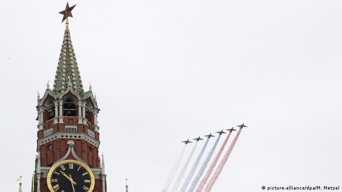 Самолеты в небе над Красной площадью