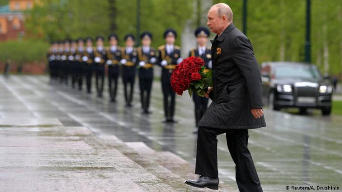 Putin takes part in a flower-laying ceremony (Reuters/A. Druzhinin)