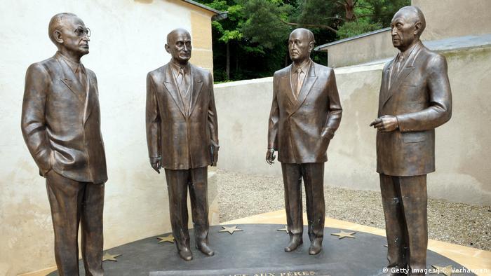 Frankreich Skulptur Konrad Adenauer, Robert Schuman, Alcide De Gasperi and Jean Monnet, (Getty Images/J-C. Verhaegen)