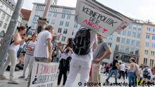 09.05.2020, Bayern, München: Demonstranten stehen mit einem Plakat mit der Aufschrift Keine Politik der Angst in einer Menschenansammlung auf dem Marienplatz. Rund 3000 Menschen haben teils unter Missachtung aller Corona-Abstandsregeln gegen die aus ihrer Sicht zu strikten Infektionsschutzbestimmungen in Bayern und Deutschland demonstriert. Foto: Peter Kneffel/dpa +++ dpa-Bildfunk +++ | Verwendung weltweit