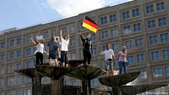 Merkel y Macron criticaron a aquellos que usan la pandemia para atacar los ideales democráticos de la UE, incitando al odio.