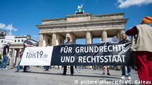 09.05.2020, Berlin: Demonstranten halten vor dem Brandenburger Tor ein Transparent mit der Aufschrift ·1bis19.de - Für Grundrechte und Rechtsstaat·. Die Veranstalter fordern klare und sinnvolle Ziele und Maßnahmen im Vorgehen gegen die Pandemie. Foto: Christophe Gateau/dpa +++ dpa-Bildfunk +++