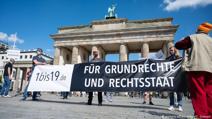 Za ustavna prava i pravnu državu, demonstracije u Berlinu ispred Brandenburške kapije