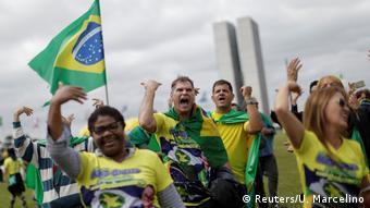 Apoiadores do presidente Jair Bolsonaro em Brasília pedem fechamento do STF, em 9 de maio