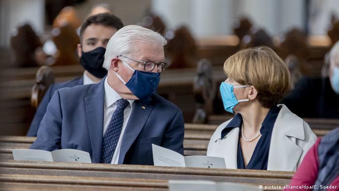 Bundespräsident Frank-Walter Steinmeier mit Ehefrau Elke Büdenbender beim Gottesdienst in Berlin (picture-alliance/dpa/C. Soeder)