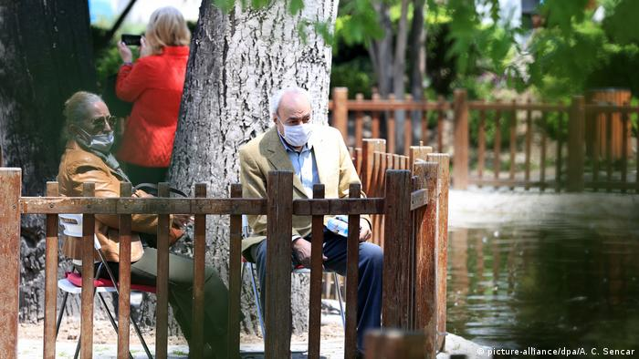 An elderly couple sit outside for the first time in 7 weeks in Turkey (picture-alliance/dpa/A. C. Sencar)