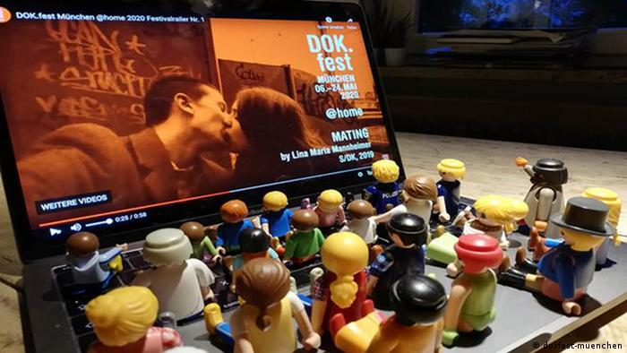 DOK.fest München Pressebild 2020: Laptop mit Playmobilfiguren auf der Tastatur