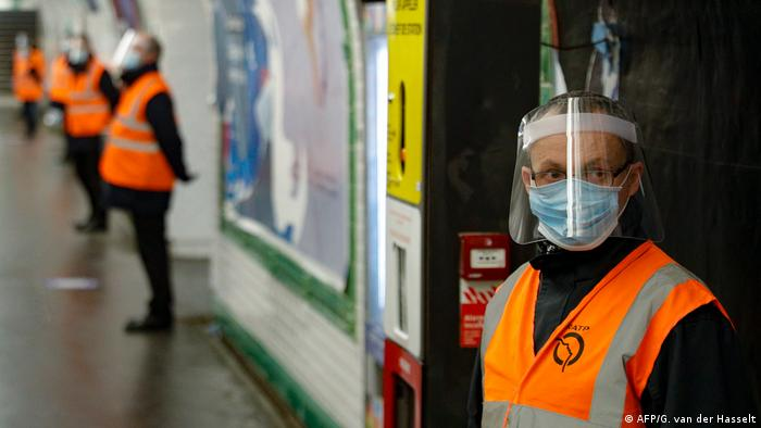 Trabajadores controlan una estación de metro en París, Francia (11.05.2020)