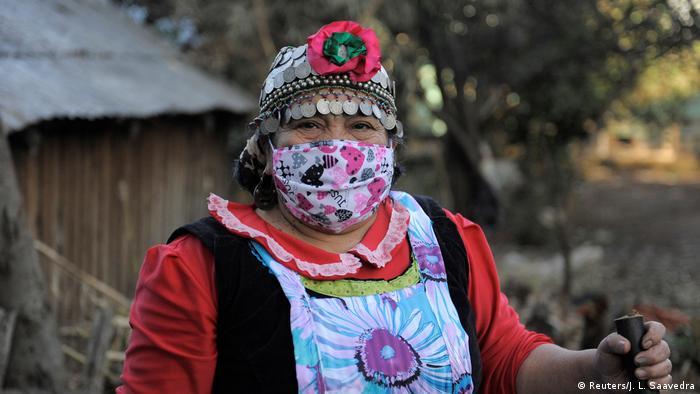 Una mujer mapuche usa mascarilla en Chile.