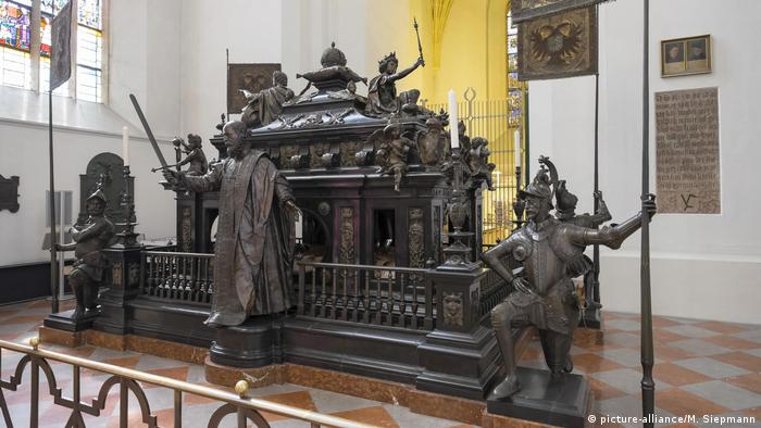 Imperial tomb in the Frauenkirche, Munich (picture-alliance/M. Siepmann)