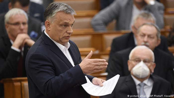 Hungarian Prime Minister Viktor Orban delivers his speech about the current state of the coronavirus outbreak during a plenary session (picture-alliance/AP Photo/T. Kovacs)