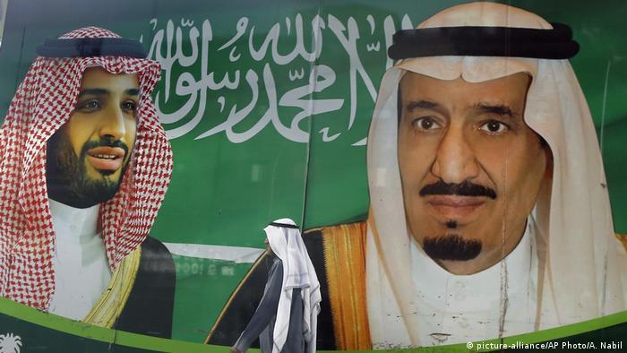 ملصق يظهر فيه الملك سلمان ونجله وولي عهده محمد بن سلمان.