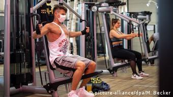 Мужчина в маске в одном из фитнес-центров Кельна