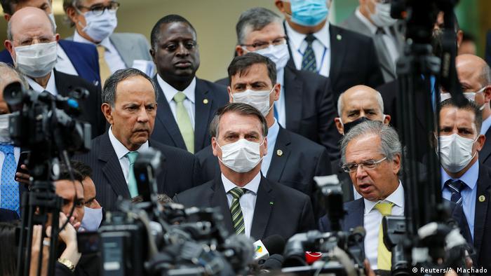 Jair Bolsonaro ao lado de ministros