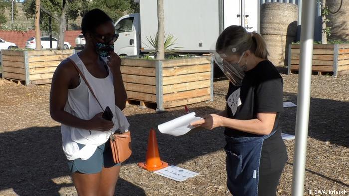 Südafrika Coronavirus - Mitarbeiter auf dem Oranjezicht Food Market