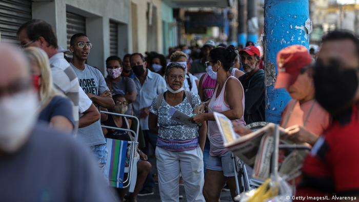Solicitantes do auxílio emergencial fazem fila em frente à Caixa em São Gonçalo, no Rio de Janeiro