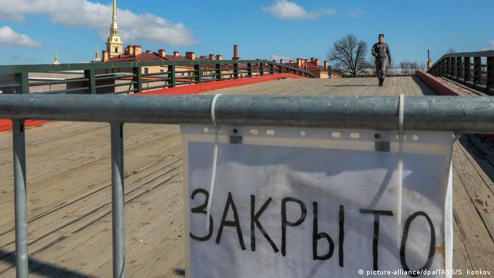 Мост, перекрытый ограждением, на котором висит табличка закрыто