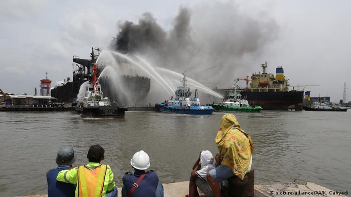 Indonesien Feuer auf einem Öltanker (picture-alliance/AA/K. Cahyadi)