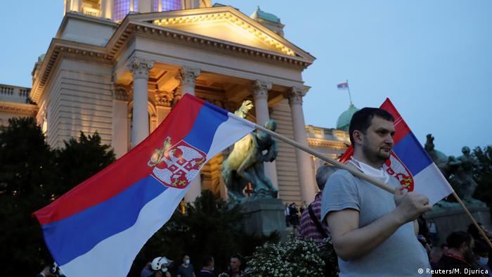 Demonstracije ispred skupštine - neposredno po ukidanju vanrednog stanja