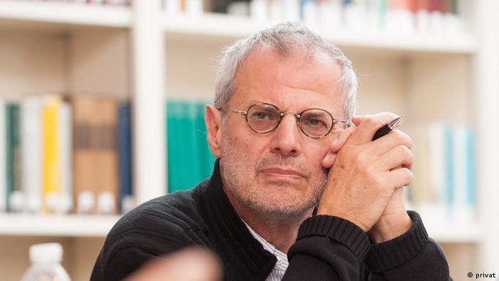 Der Mann mit der Brille und dem Kugelschreiber in der Hand ist Gábor Halmai, Professor für vergleichendes Verfassungsrecht am European University Institute (EUI) in Florenz