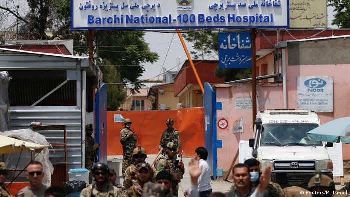 Sicherheitskräfte bewachen den Eingang der Klinik im Westen von Kabul (Foto: Reuters/M. Ismail)