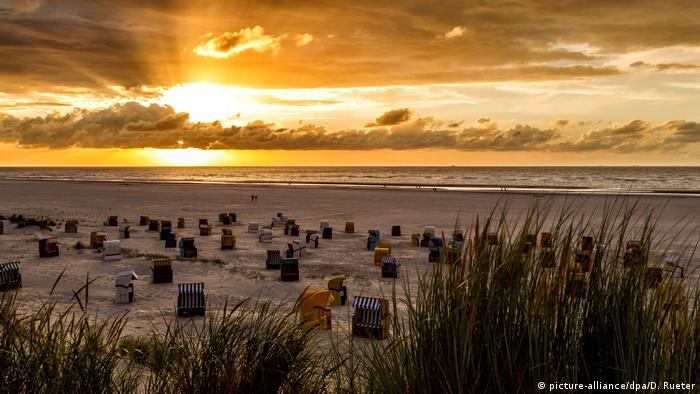Sunrise and dramatic sky over the beach on the north sea island Juist, Germany (picture-alliance/dpa/D. Rueter)