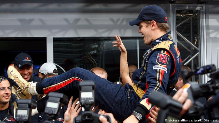 Sebastian Vettel after winning the 2008 Italian Grand Prix with Toro Rosso (picture-alliance/dpa/R. Ghement)