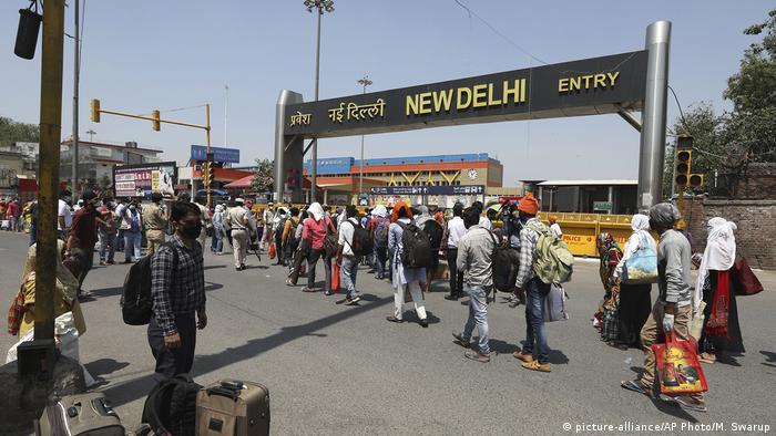 Indien Neu Delhi   Coronavirus   Bahnhof, Warteschlange
