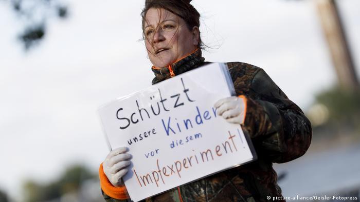 Menschenkette 'Für die Grundrechte unter Corona einstehen' in Köln