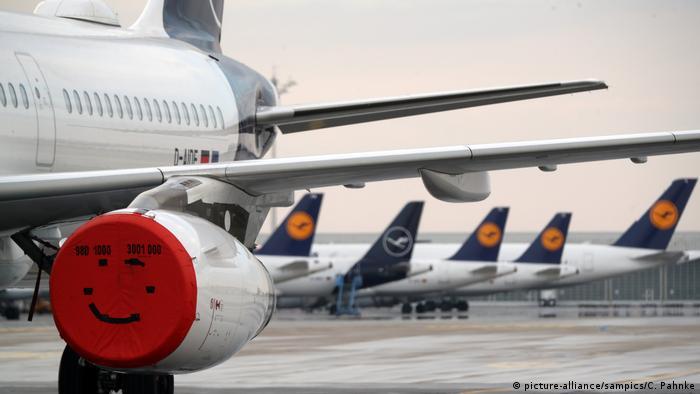 O governo da Alemanha e a Lufthansa chegaram a um acordo sobre o pacote de resgate para ajudar a companhia aérea a superar a crise gerada pela pandemia de covid-19. O resgate fará com que o governo passe a controlar 20% das ações da empresa, podendo ainda aumentar sua cota para 25% mais um, de forma a proteger os empregos de milhares de funcionários.(25/05)