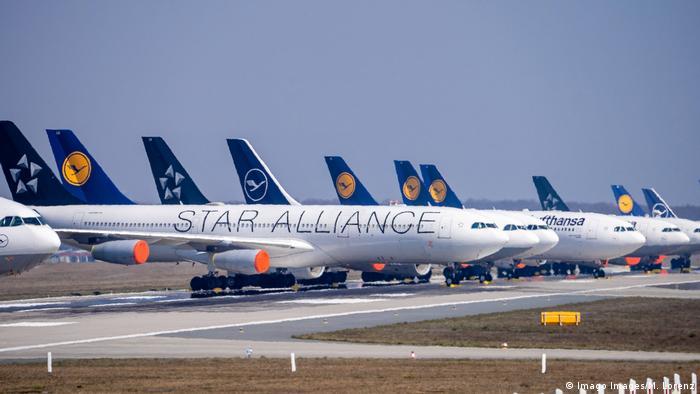 Deutschland - Frankfurt - 28.03.2020 / Frankfurter Flughafen - die Nordwest-Landebahn wird zum Lufthansa Parkplatz Wirts (Imago Images/M. Lorenz)