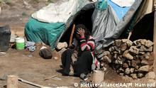SANAA, YEMEN - APRIL 11 : A person sits in front of a makeshift tent at Darwan refugee camp in Amran north of Sana'Äôa, Yemen on April 11, 2018. Yemeni families, displaced by the clashes and airstrikes by Saudi Arabian-led coalition, face difficulties living under tough conditions. Yemen faces political instability due to the armed takeover by the Houthis since 2014 as they control some regions including Yemeni capital Sana'a. Mohammed Hamoud / Anadolu Agency   Keine Weitergabe an Wiederverkäufer.